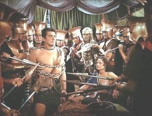 Sansão é feito prisioneiro depois de ter sido tosqueado por Dalila. Cena do filme Sansão e Dalila, com Victor Mature.