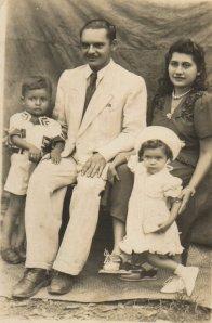 Meu pai, minha mãe, eu e minha irmã. Foto batida, acredito eu, em 1945. Eu tinha cinco anos.