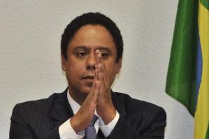 É... Não adianta rezar, Orlandinho. O bicho pegou mesmo... Mas não chora não. Você ainda vai continuar Deputado, ora.