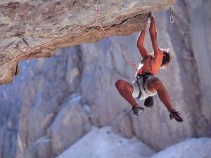 Um homem se dependura perigosamente sob uma pedra e sobre um enorme precipício. Ele dirá que se sente absolutamente livre...