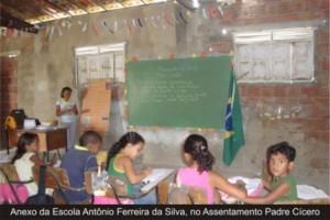 Assim são as classes escolares dos pobres em escolas públicas. E as verbas para a Educação? Pergunte aos polititicas que você elegeu...