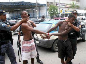 Jovens incendiários de ônibos presos no Rio. O que há por baixo desta violência tem muito haver com o sistema de construtos da sociedade relativamente às políticas públicas.