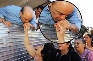 """Como """"bom judeu"""", José Serra não beija a mão de """"goim"""". Em vez disto, disfarçadamente, beija a própria mão."""