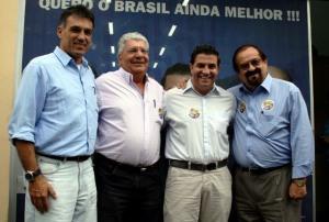 Os barrigudos do meio são Pedro Eliseu Sobrinho e seu filho, Pedro Eliseu Filho. Não sou paulista e não sei de qual Pedro a repórter fala.