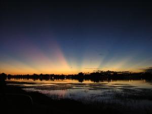 Sobre a grande lagoa da fazenda Gameleira o Sol nascia com o mesmo esplendor com que se punha e sua luz abençoava aquela terra prometida.