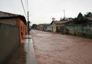 As ruas parnaibanas ficavam sempre alagadas quando as chuvas eram fortes.