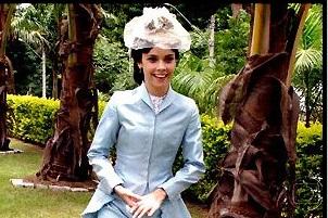 """Atriz """"global"""" trajando as roupas do início do século XIX e fins do século XVIII. Ela representa uma sinhazinha."""