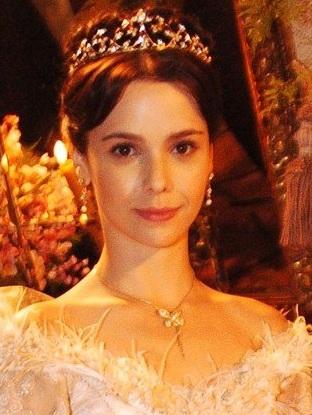 """Uma Sinhá, dona de engenho e esposa de """"coroné"""" nordestino brasileiro vestia-se similarmente ao que veste a atriz."""