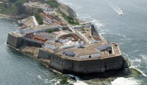 O Forte de Santa Cruz, nas terras de Niterói, bem localizado e bem armado, impedia a entrada de qualquer navio na Baía da Guanabara.