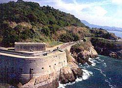 As sólidas muralhas da Fortaleza de São João, na Praia Vermelha, também tampavam definitivamente a entrada de navios inimigos na Baía de Guanabara.