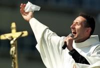"""Padre cantor, que, no entanto, se limita a ser uma """"estrela"""" do catolicismo e nada mais."""