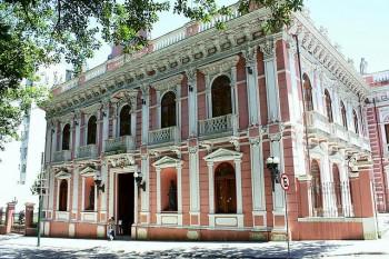 O prédio ainda é o mesmo, mas a pintura é atual. Este foi o Palácio Cruz e Souza, na Praça XV, Rio de Janeiro.