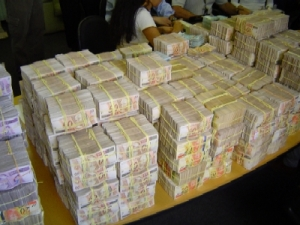 Economia. Por detrás deste vocábulo oculta-se o motor de todos os crimes: o dinheiro.