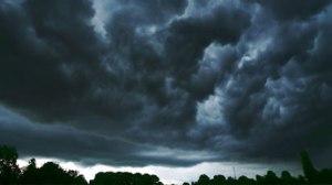 As nuvens negras geralmente atemorizam as pessoas, mormente quando seguidas de fortes ventos e relâmpagos violentos.
