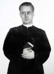 Padre Felício de batina era assim, bem sério e compenetrado.