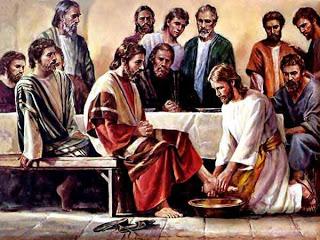 Jesus lava os pés de seus discípulos.