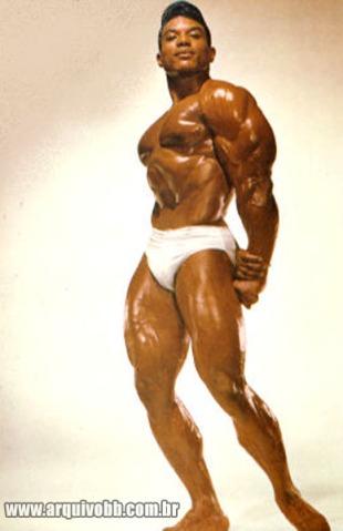 Bonito, posudo, 100 kg de músculos, seria esmagado vergonhosamente sob cem vezes seu peso.