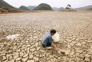 Nordestino safa-se da seca e encontra água abrindo cacimba até onde Deus duvida.