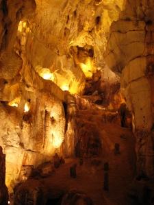 """Fátima tem várias grutas, todas conservadas e embelezadas pela Igreja. Algumas são destinadas aos peregrinos para que joguem moedas em suas águas e façam pedidos. São as """"Gruas da Moeda""""."""