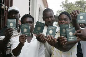 Imigrantes haitianos que conseguiram a Carteira de Trabalho no Brasil. Isto não quer dizer que tenham emprego garantido.