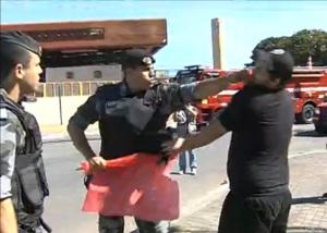 Um Major da Força de Choque, repentinamente dispara um tremendo soco no nariz de um idiota que tentava tirar das mãos do militar uma bandeira.
