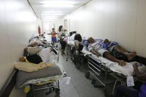Enquanto brasileiros idiotizados babam no Maracanã, milhares morrem à míngua nos corredores dos hospitais.