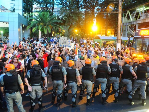 POLÍCIA CONTRA O POVO NO PROTESTO CONTRA AUMENTO DE PASSAGENS
