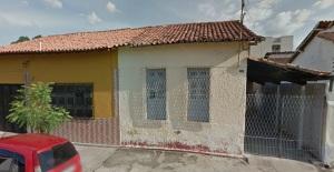 Esta casa branca, velha, ainda pertence à minha família. Eu vivi nela de 1949 a 1955.