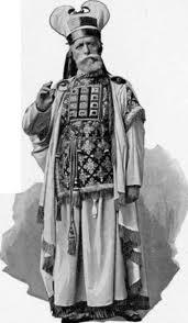 Caifás em seu traje cerimonial presidia a primeira reunião de membros do Sinédrio sobre as pregações de Yehoshua.