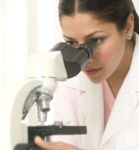 Aqui uma estudante de medicina. Ela tem de se impor disciplina, se deseja chegar ao final de seu curso com aproveitamento.