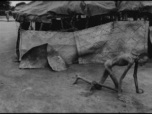 Isto é África nos dias de hoje. Não é campo de concentração nazista.