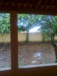 Quando chove, como nesta foto, minha casa fica uma delícia. Mas no calor ela não difere muito das outras.