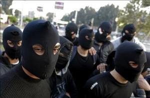 Mascarados? Por que? O protesto não é justo? Então, por que se mascarar? Apenas para dar vasão ao imenso complexo de covardia que os anima?
