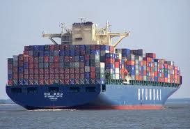 Um navio carregado com contêineres. É uma visão impressionante.