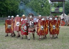 As decúrias romanas estavam sempre andando pela estrada romana a fim de espantar os assaltantes.