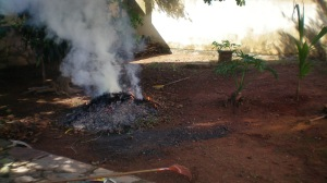 Os monturos foram-se sucedendo e a fumaça tomando conta do espaço aéreo da casa...