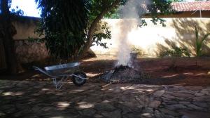 Na frente da casa o lixo das folhas da goiabeira com as folhas da jaqueira era denso e a fumaça, espessa.