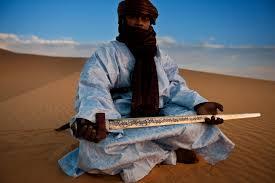 Tuareg, membro da tribo dos lendários guerreiros azuis do Saara.