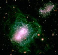 Quando mais envelhecida, a Galáxia tende à cor verde. Mas isto ainda é seu início...