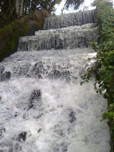 """As """"sete quedas"""" criadas no leito do riozinho. Um espetáculo, quando há chuva e o lago acima fica cheio. O barulho é relaxante."""