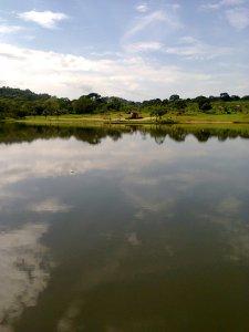Neste lago de águas serenas e profundas, você pode nadar, mergulhar, passar sobre ele e nele afunda através de tirolesa ou passear de caiaque ou barquinho a pedal. Você escolhe.