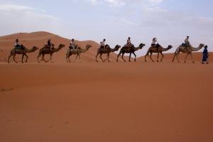 Seriam dias e mais dias sobre a areia escaldante e sob um sol esturricante.