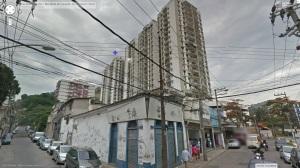 No segundo bloco, assinalado com uma estrela azul, estava nosso apartamento. Atrás do edifício está um dos mais violentos morros do Rio.