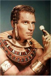 Moisés, como filho do Faraó, aprendeu os segredos da Magia Elemental conhecida pelos Flamens Dális.