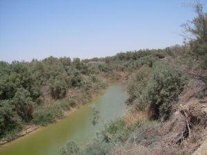 O Rio Jordão - águas contaminadas e venenosas que estão secando. O rio está morrendo por causa da ação do homem.