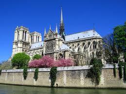 A Notre-Dame ainda existe e é muito bonita. Ponto de romaria para turistas católicos.