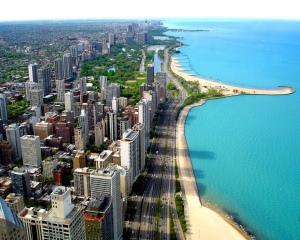As praias de lá em nada diferem das de cá: areia, mar, sol quente, palmeiras e gente.