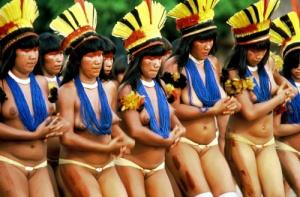 """Índias dançando em ritual da tribo. Abra a figura em novo link e veja como estão nuas, com as genitálias expostas. Nem por isto os índios ficam de """"pau duro""""."""