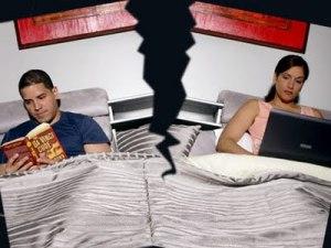 Quando o descuido com as pequenas gentilezas e as renúncias pessoais  toma conta da vida a dois, a cama racha...