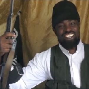"""Abu Bakar Shikau, o responsável pelo sequestro de 300 jovens de 12 ou 13 anos para vender para """"casar"""". Quem o vir, mate-o sem dó, pelo amor do diabo."""